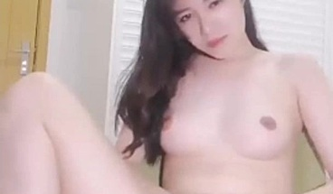 Finesse japanese babe showing pussy at webcam